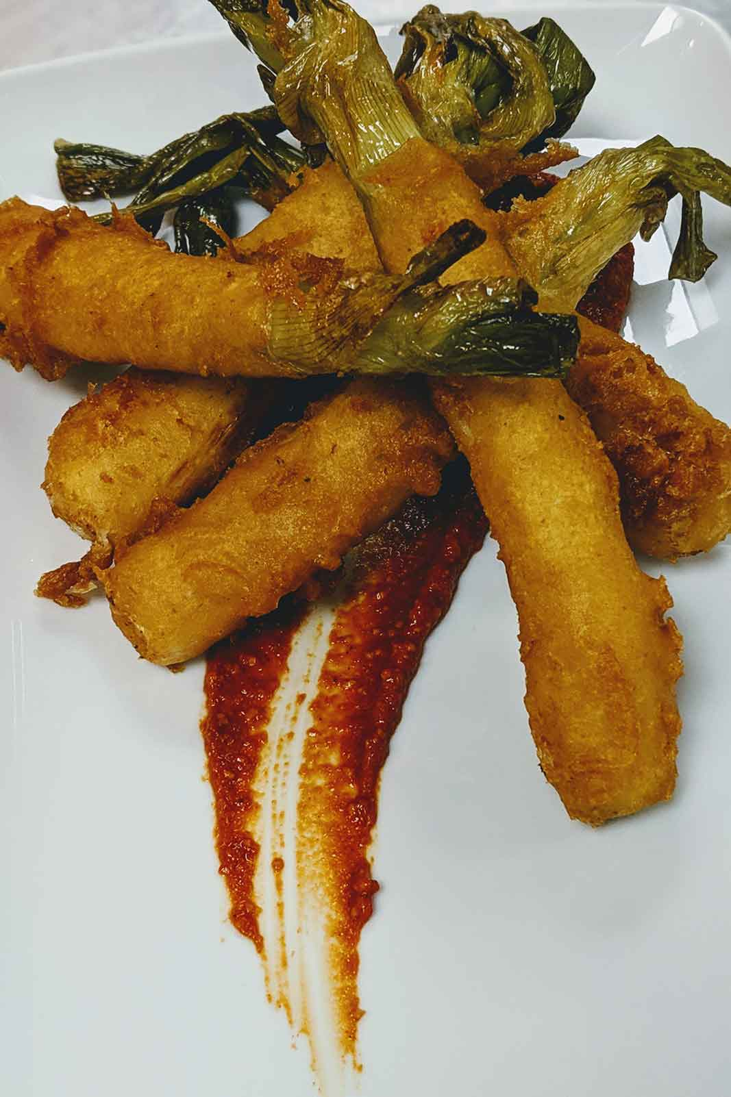 Calçots (grilled spring onions) in season tempura with «romesco» sauce